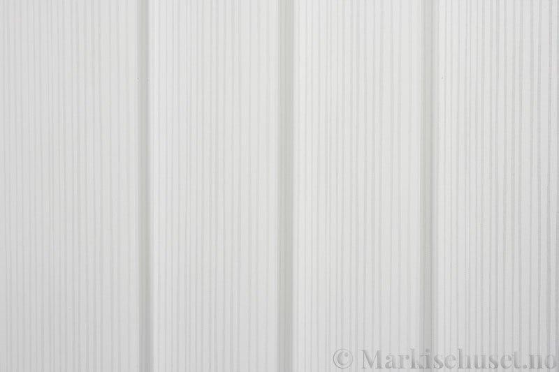 Lamellgardin tekstil serien Presto Print 720282-13 farge Hvit. Bildet er tatt med lys forfra.