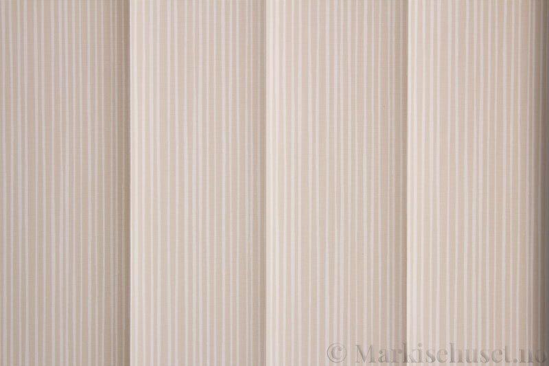 Lamellgardin tekstil serien Presto Print 720282-15 farge Beige. Bildet er tatt med lys bakfra.