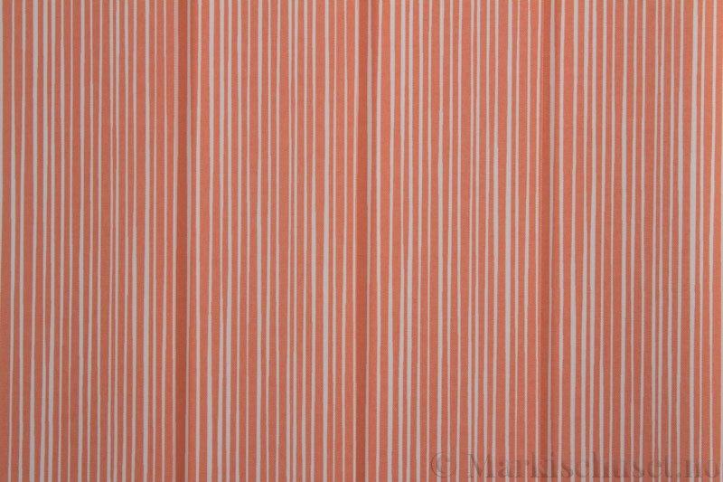 Lamellgardin tekstil serien Presto Print 720282-16 farge Rød. Bildet er tatt med lys forfra.