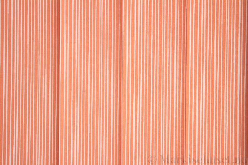 Lamellgardin tekstil serien Presto Print 720282-16 farge Rød. Bildet er tatt med lys bakfra.