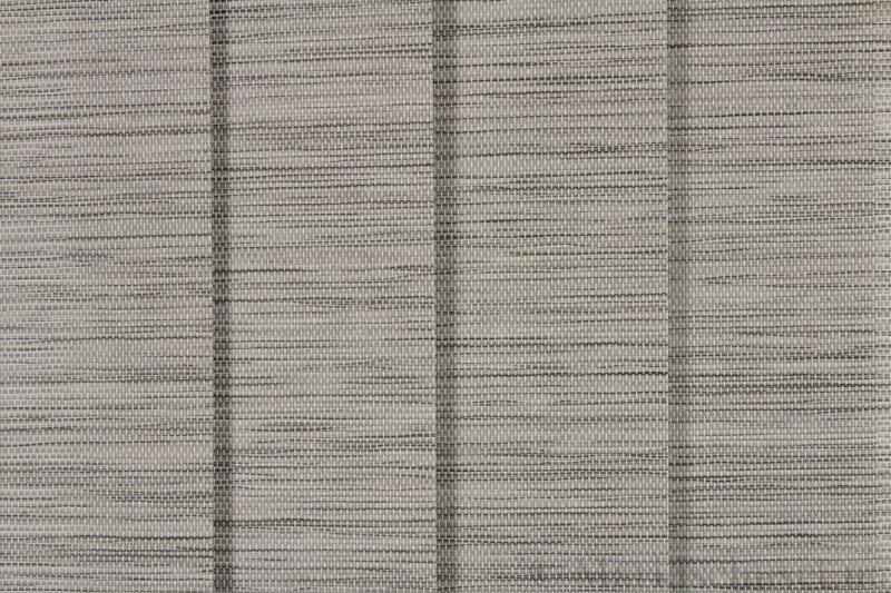 Lamellgardin tekstil serien Beijing 01-3 farge Grå. Bildet er tatt med lys forfra.