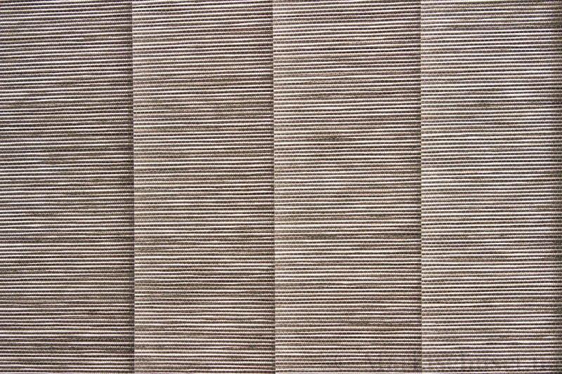Lamellgardin tekstil serien Beijing 01-3 farge Grå. Bildet er tatt med lys bakfra.