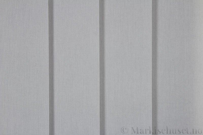 Lamellgardin tekstil serien Miami 051 farge Mellomgrå. Bildet er tatt med lys forfra.