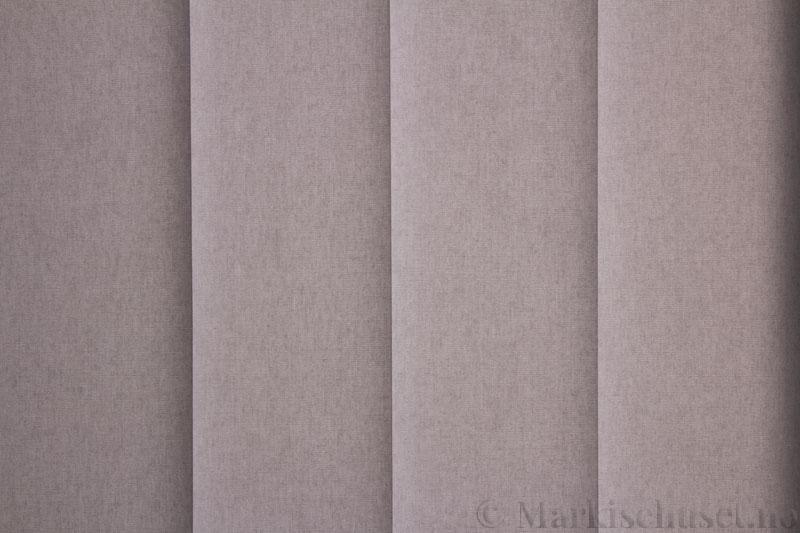 Lamellgardin tekstil serien Miami 051 farge Mellomgrå. Bildet er tatt med lys bakfra.
