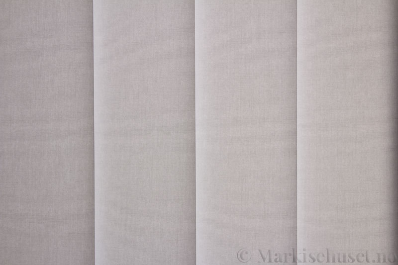 Lamellgardin tekstil serien Miami 054 farge Stålgrå. Bildet er tatt med lys bakfra.