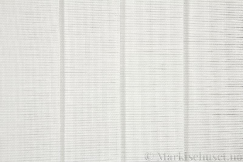 Lamellgardin tekstil serien Nature Concept Pap 2 farge Hvit. Bildet er tatt med lys forfra.
