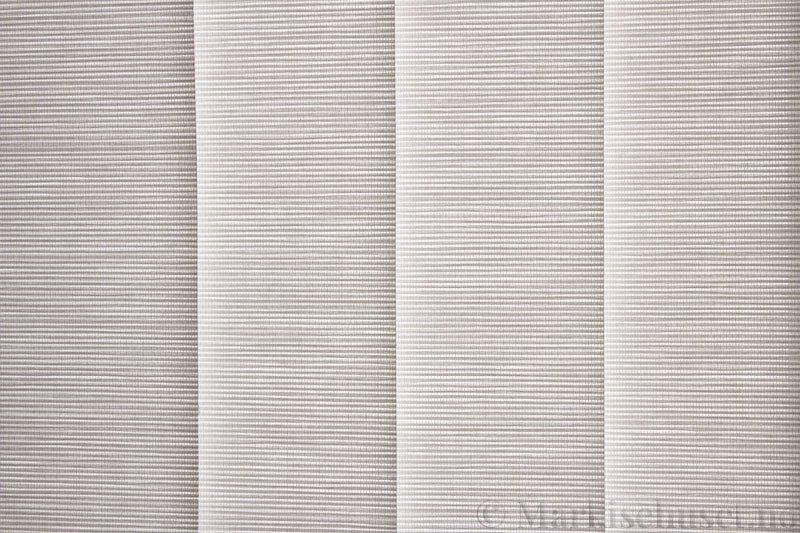 Lamellgardin tekstil serien Nature Concept Pap 2 farge Hvit. Bildet er tatt med lys bakfra.