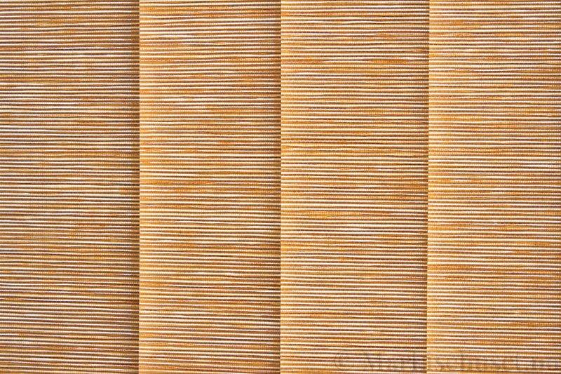 Lamellgardin tekstil serien Nature Concept Pap 3 farge Beige. Bildet er tatt med lys bakfra.