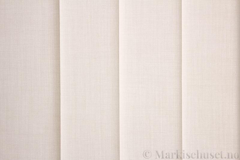 Lamellgardin tekstil serien Paris 0150 farge Elfenbenshvit. Bildet er tatt med lys bakfra.