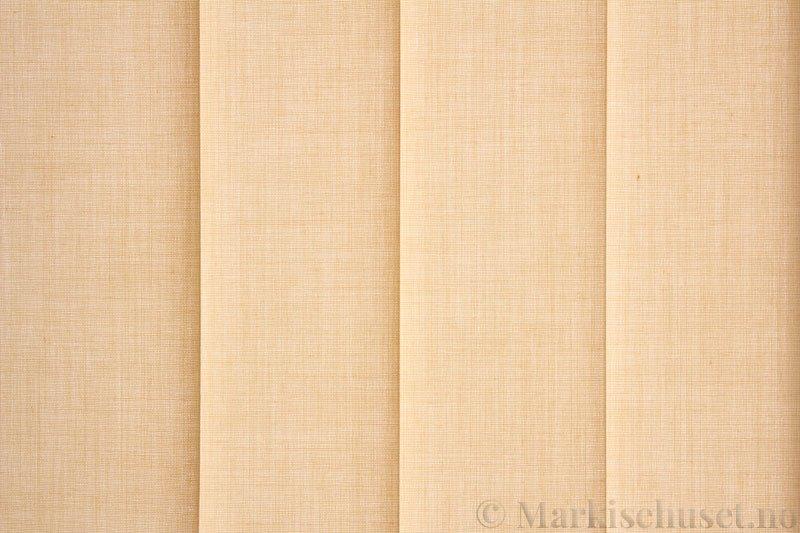 Lamellgardin tekstil serien Paris 0400 farge Magnolia. Bildet er tatt med lys bakfra.