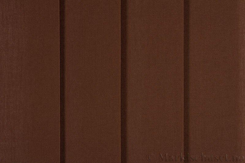 Lamellgardin tekstil serien Paris 1600 farge Majorbrun. Bildet er tatt med lys forfra.