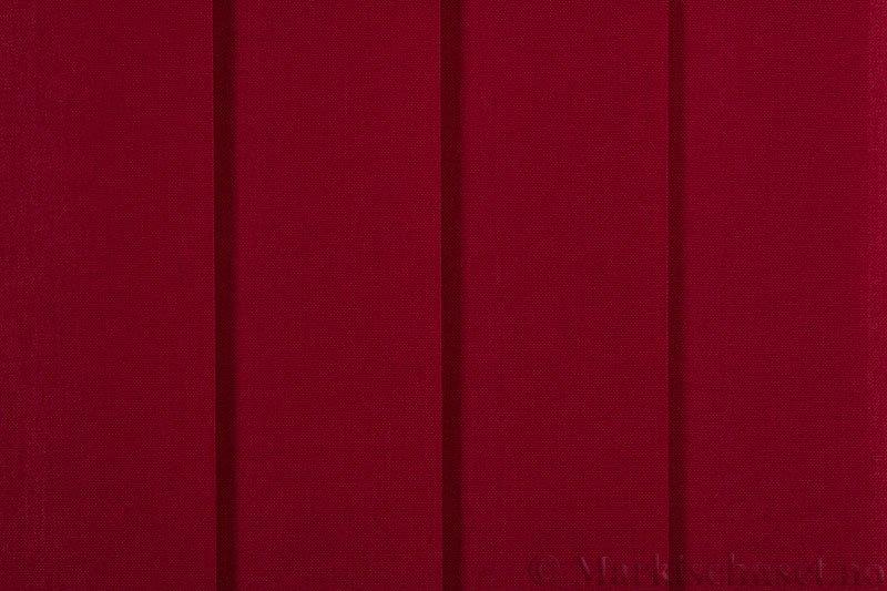 Lamellgardin tekstil serien Paris 2200 farge Dyp Rød. Bildet er tatt med lys forfra.