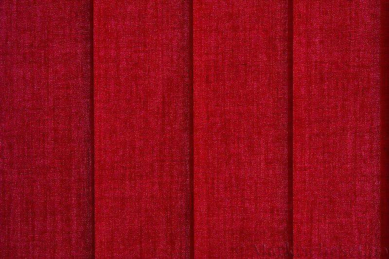 Lamellgardin tekstil serien Paris 2200 farge Dyp Rød. Bildet er tatt med lys bakfra.