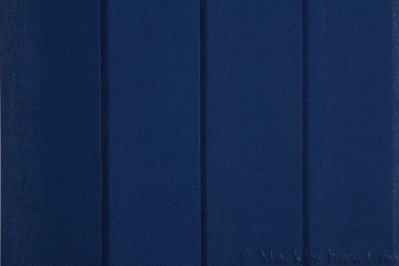 Lamellgardin tekstil serien Paris 2900 farge Kongeblå. Bildet er tatt med lys forfra.