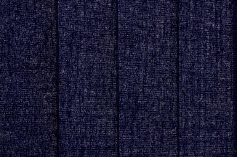 Lamellgardin tekstil serien Paris 2900 farge Kongeblå. Bildet er tatt med lys bakfra.