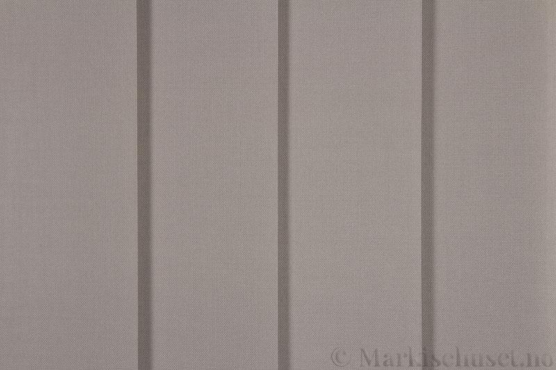 Lamellgardin tekstil serien Paris 3300 farge Østersgrå. Bildet er tatt med lys forfra.