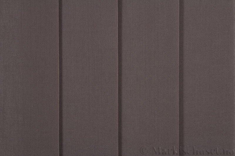 Lamellgardin tekstil serien Paris 3400 farge Kaffegrå. Bildet er tatt med lys forfra.
