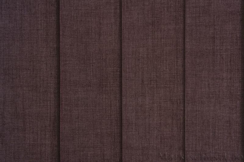 Lamellgardin tekstil serien Paris 3400 farge Kaffegrå. Bildet er tatt med lys bakfra.