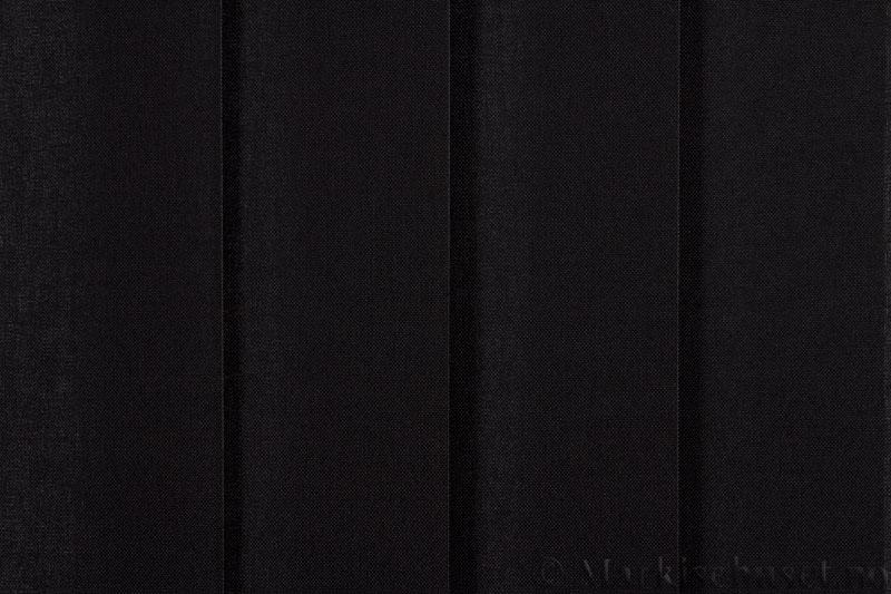 Lamellgardin tekstil serien Paris 3500 farge Sort. Bildet er tatt med lys forfra.
