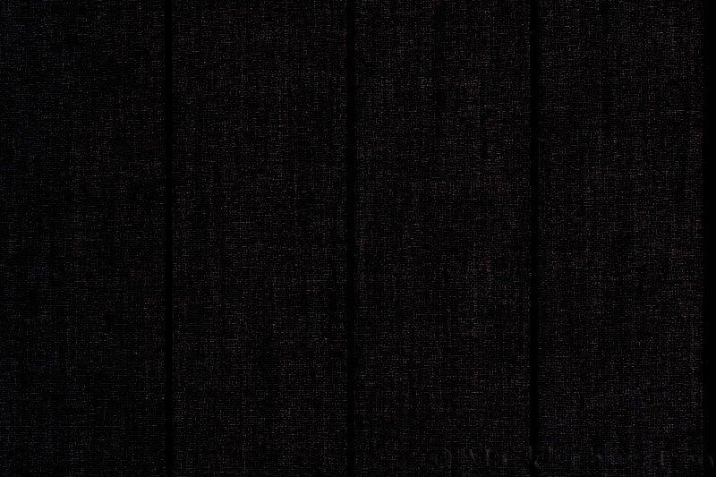 Lamellgardin tekstil serien Paris 3500 farge Sort. Bildet er tatt med lys bakfra.
