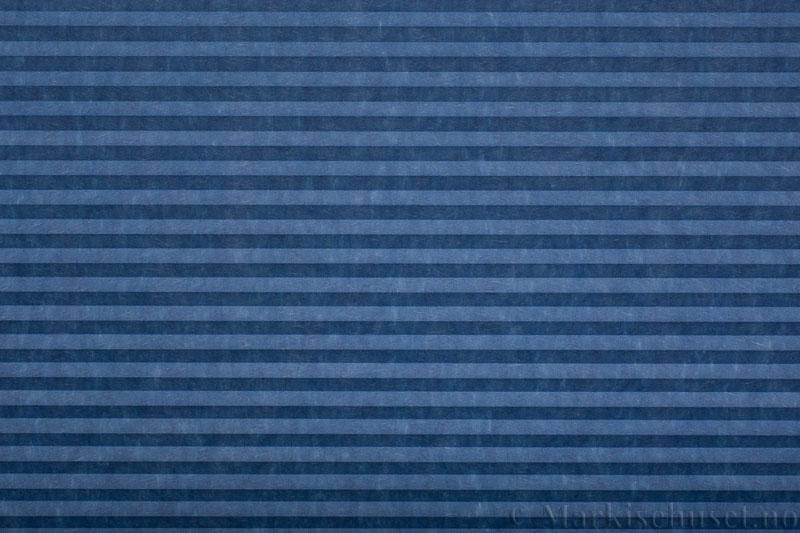 Plisségardin tekstil serien Trends 290260-2649 Blå farge. Bildet er tatt med lys forfra.