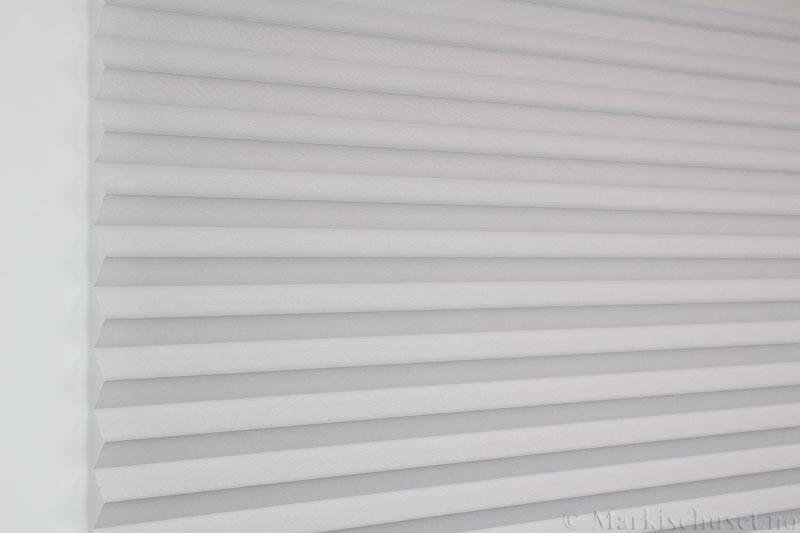 Plisségardin tekstil Baseline Dustblock 290467-0952 Lysegrå farge. Bildet er tatt med lys forfra.