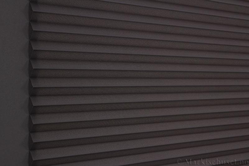 Plisségardin tekstil Baseline Dustblock 290467-1510 mellomgrå farge. Bildet er tatt med lys bakfra.