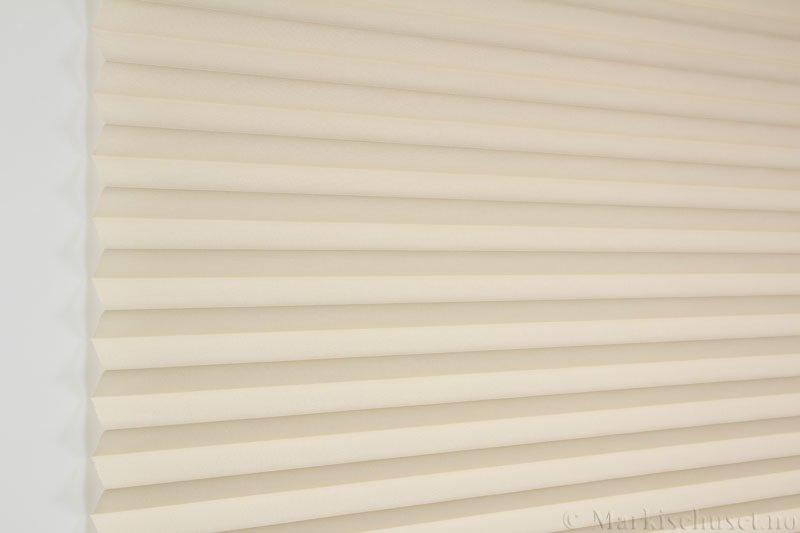 Plisségardin tekstil Baseline Dustblock 290467-4420 Lys Beige farge. Bildet er tatt med lys forfra.