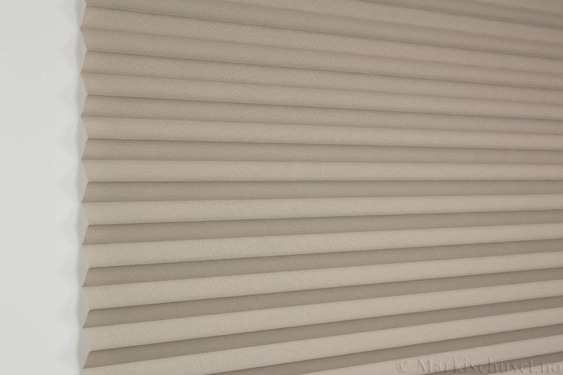 Plisségardin tekstil Baseline Dustblock 290467-4750 Lin farge. Bildet er tatt med lys forfra.