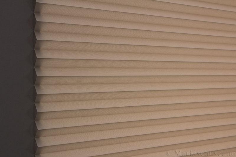 Plisségardin tekstil Baseline Dustblock 290467-4750 Lin farge. Bildet er tatt med lys bakfra.