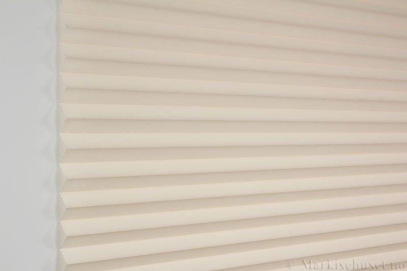 Plisségardin tekstil Baseline Dustblock 290467-4800 Lys Beige farge. Bildet er tatt med lys forfra.