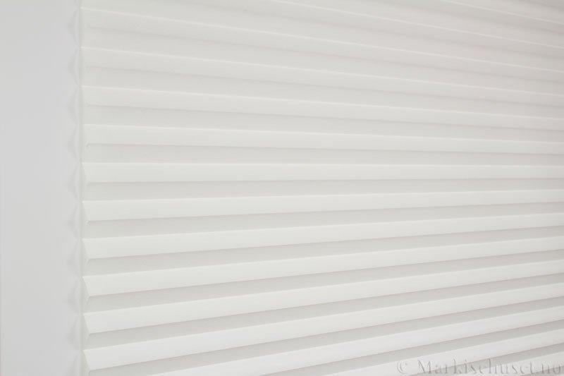 Plisségardin tekstil Crepe Topar Plus 290515-0160 Hvit farge. Bildet er tatt med lys forfra.