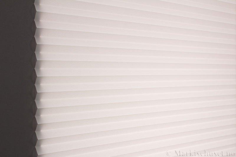 Plisségardin tekstil Crepe Topar Plus 290515-0160 Hvit farge. Bildet er tatt med lys bakfra.