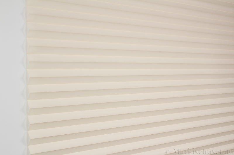 Plisségardin tekstil Crepe Topar Plus 290515-0510 Lyse Beige farge. Bildet er tatt med lys forfra.