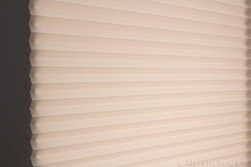 Plisségardin tekstil Crepe Topar Plus 290515-0510 Lyse Beige farge. Bildet er tatt med lys bakfra.