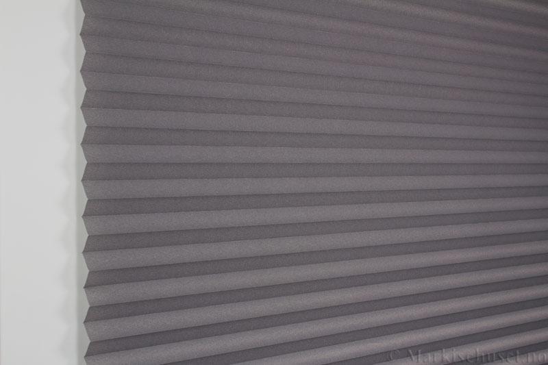 Plisségardin tekstil Crepe Topar Plus 290515-1650 Antrasit farge. Bildet er tatt med lys forfra.