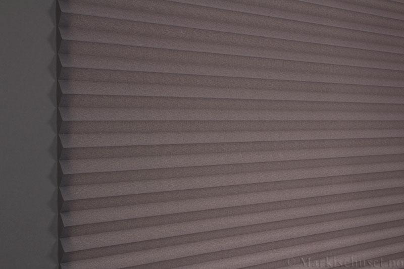 Plisségardin tekstil Crepe Topar Plus 290515-1650 Antrasit farge. Bildet er tatt med lys bakfra.