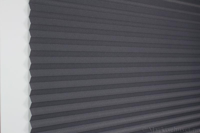 Plisségardin tekstil Crepe Topar Plus 290515-1733 Antrasit farge. Bildet er tatt med lys forfra.