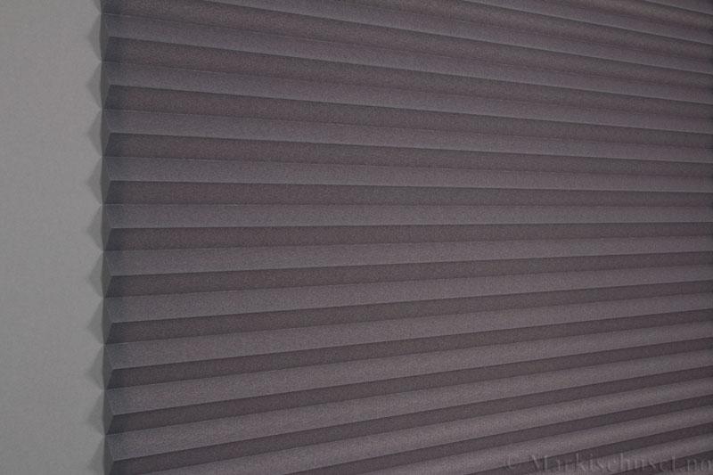 Plisségardin tekstil Crepe Topar Plus 290515-1733 Antrasit farge. Bildet er tatt med lys bakfra.