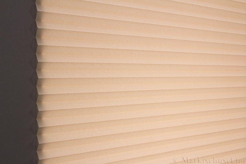 Plisségardin tekstil Crepe Topar Plus 290515-4800 Lys Beige farge. Bildet er tatt med lys bakfra.