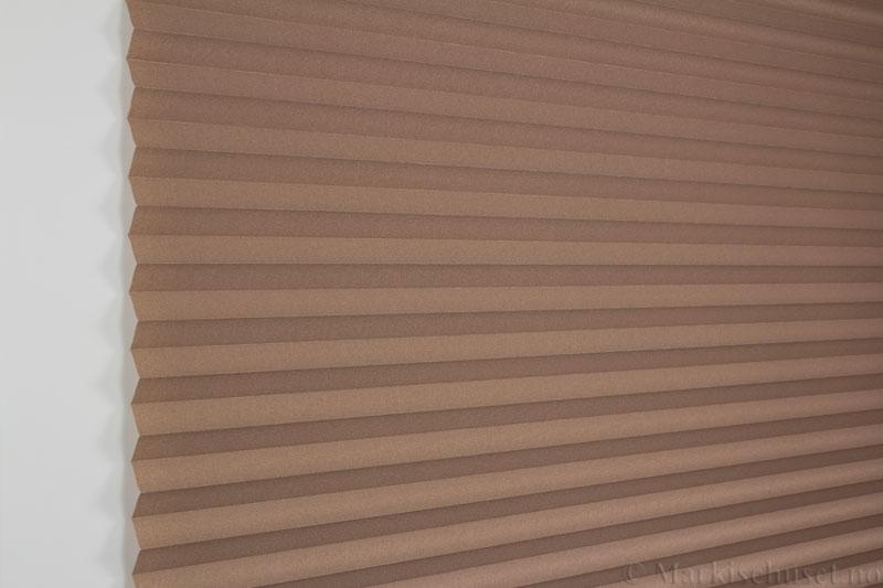 Plisségardin tekstil Crepe Topar Plus 290515-4875 Lys sjokolade farge. Bildet er tatt med lys forfra.