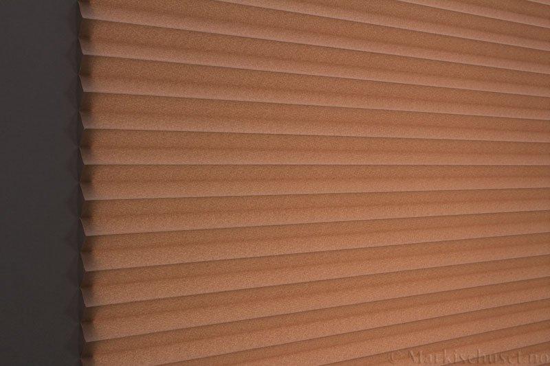Plisségardin tekstil Crepe Topar Plus 290515-4875 Lys sjokolade farge. Bildet er tatt med lys bakfra.