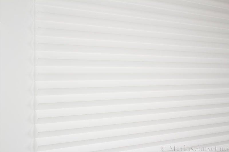 Plisségardin tekstil Uno Dustblock 290520-0204 Eggehvit farge. Bildet er tatt med lys forfra.