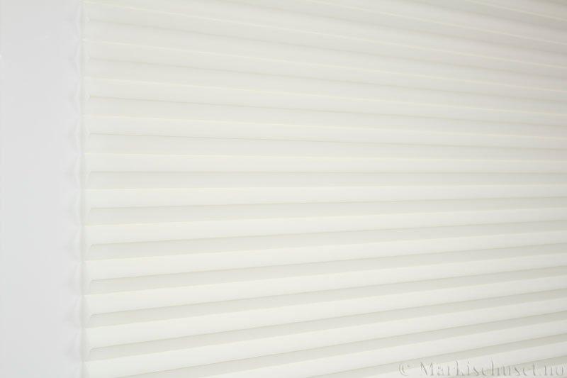 Plisségardin tekstil Uno Dustblock 290520-0249 Kremhvit farge. Bildet er tatt med lys forfra.