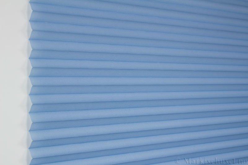 Plisségardin tekstil Uno Dustblock 290520-2657 Perleblå farge. Bildet er tatt med lys forfra.