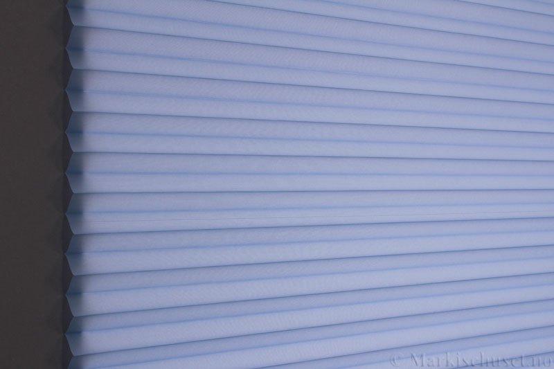 Plisségardin tekstil Uno Dustblock 290520-2657 Perleblå farge. Bildet er tatt med lys bakfra.