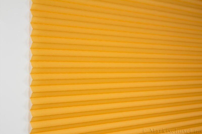 Plisségardin tekstil Uno Dustblock 290520-4200 Gul farge. Bildet er tatt med lys forfra.