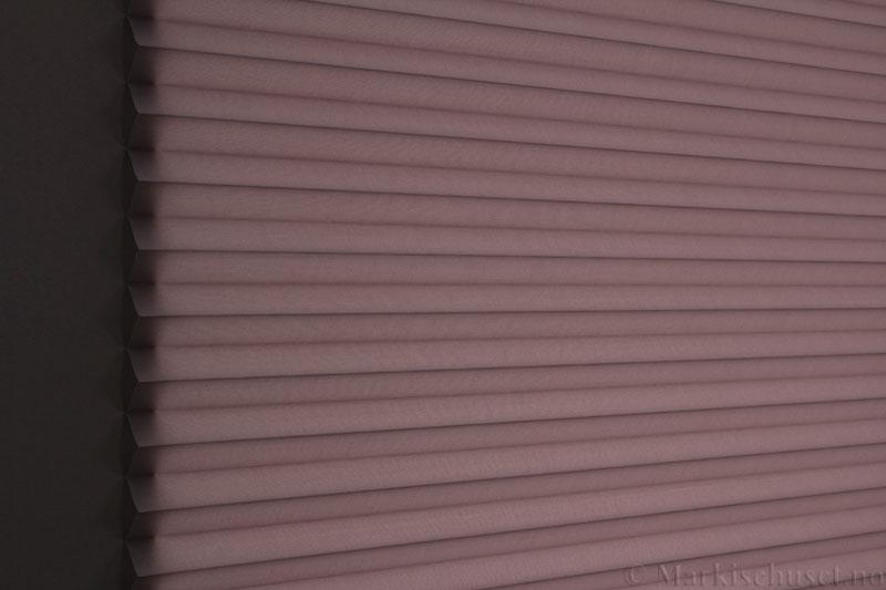 Plisségardin tekstil Uno Dustblock 290520-4862 Sink farge. Bildet er tatt med lys bakfra.