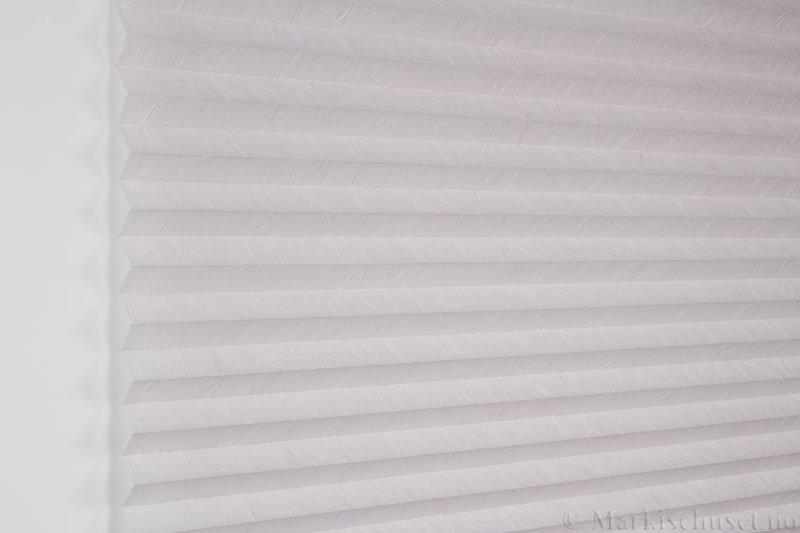 Plisségardin tekstil Crush Dustblock 290521-2168 Sølv farge. Bildet er tatt med lys forfra.