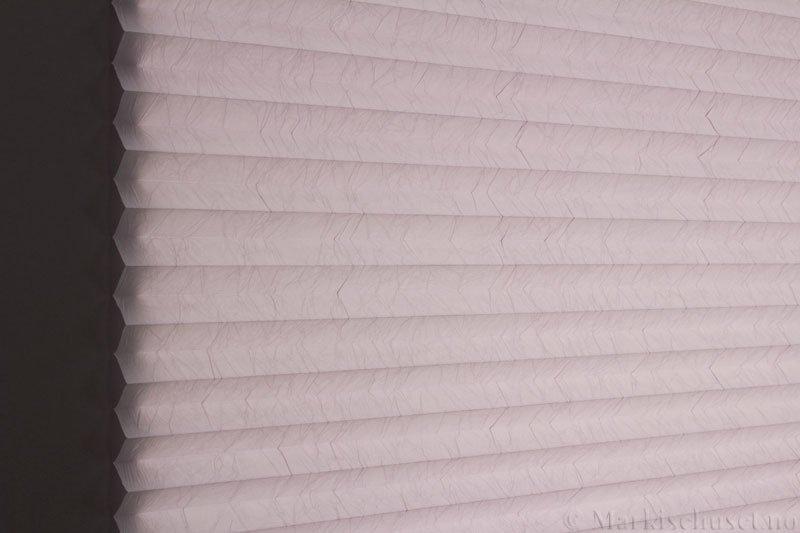 Plisségardin tekstil Crush Dustblock 290521-2168 Sølv farge. Bildet er tatt med lys bakfra.